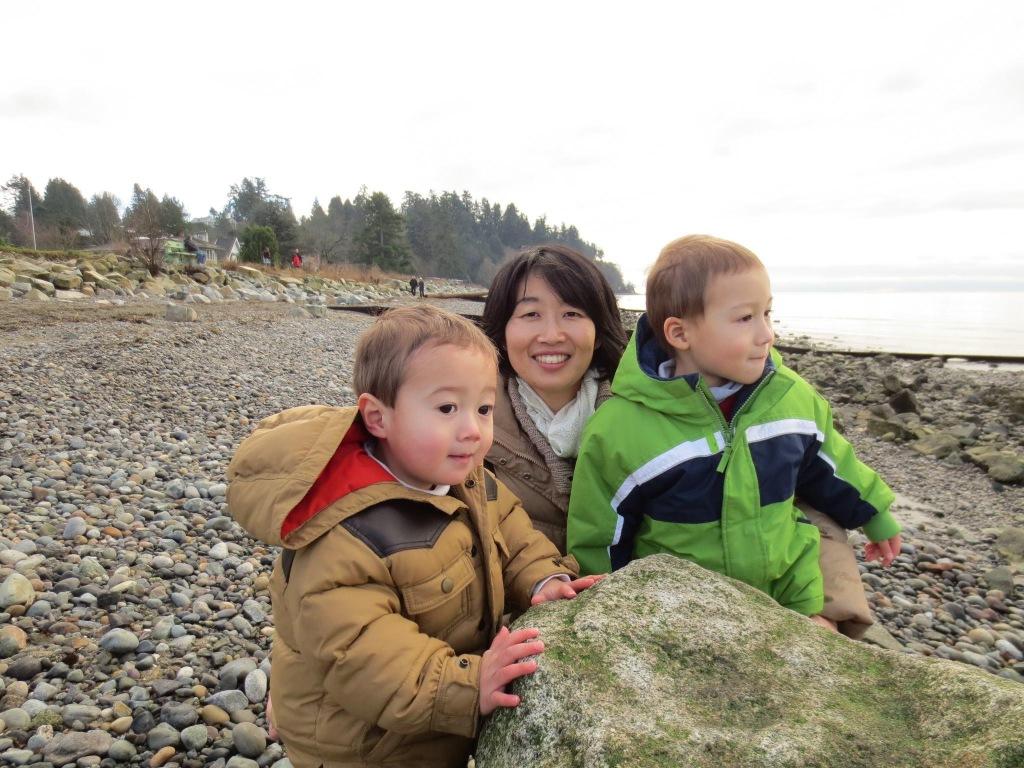 太平洋に面する海沿いのビーチで二人の子供達と笑顔の写真。笑顔ですが長男が自閉症と診断を受け周りからの優しいポジティブな言葉や行動そして環境に一番励まされていた時期でもあります。